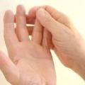 Від чого німіють пальці рук? Можливі причини і лікування