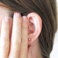 Чому виникає закладеність вуха, і що з цим робити?